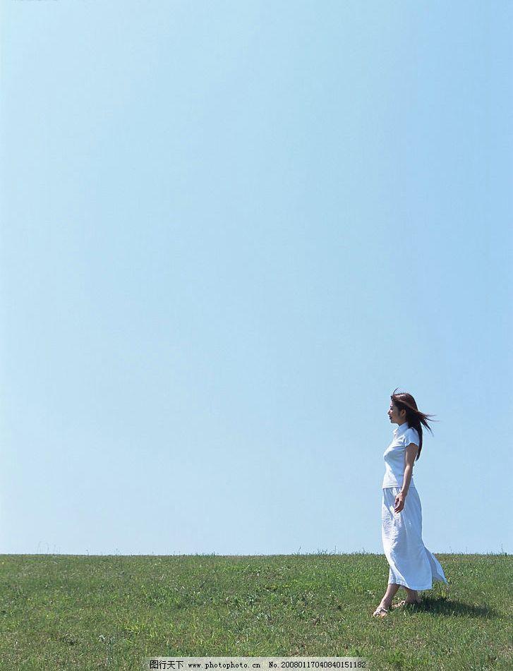 迎風美女 飄逸 草原 天空 花草 風吹 圖片素材 位圖設計素材