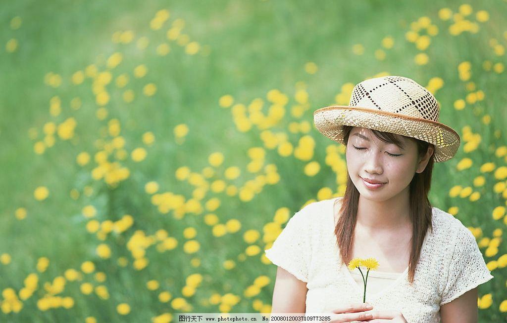 女生手捧鲜花唯美图片