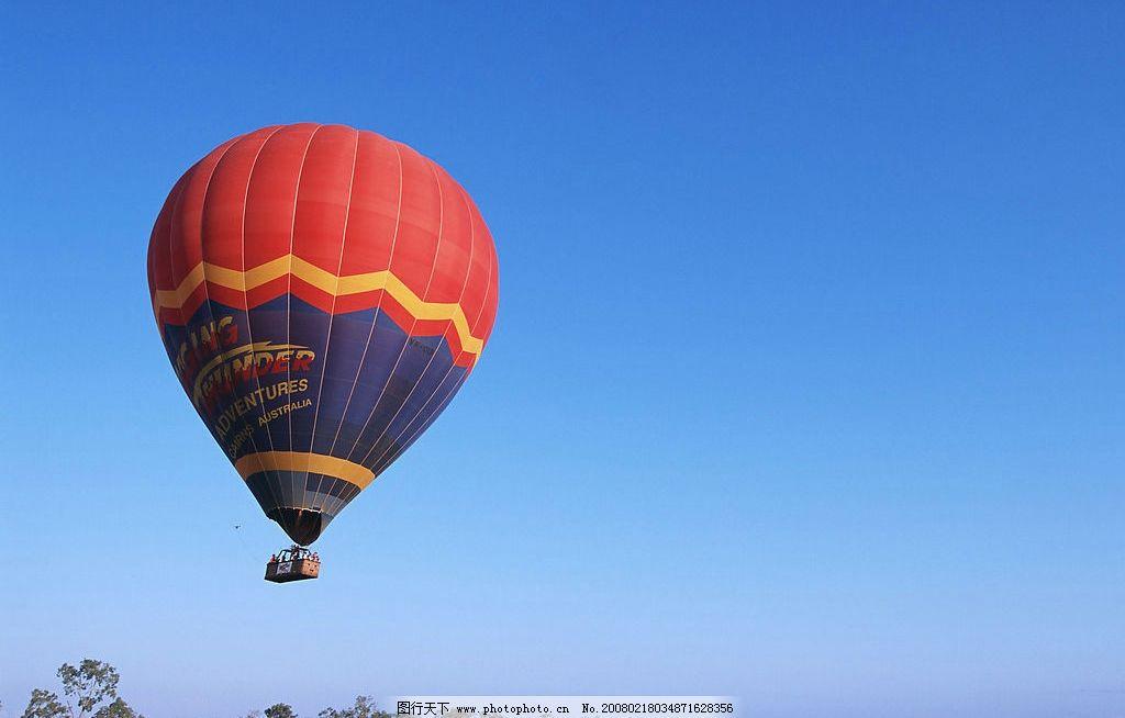 热气球 蓝天 升空气球 树林 自然景观 自然风景 美景风光 摄影图库