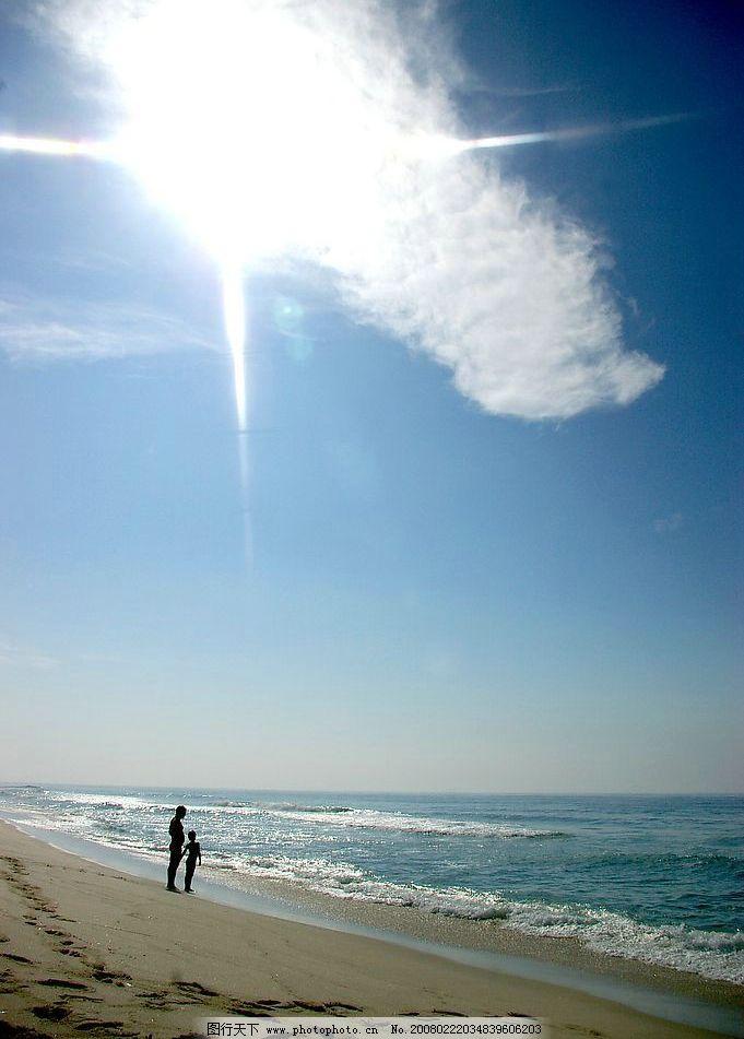 阳光海滩 蓝天 白云 大海 父子 自然景观 自然风景 摄影图库