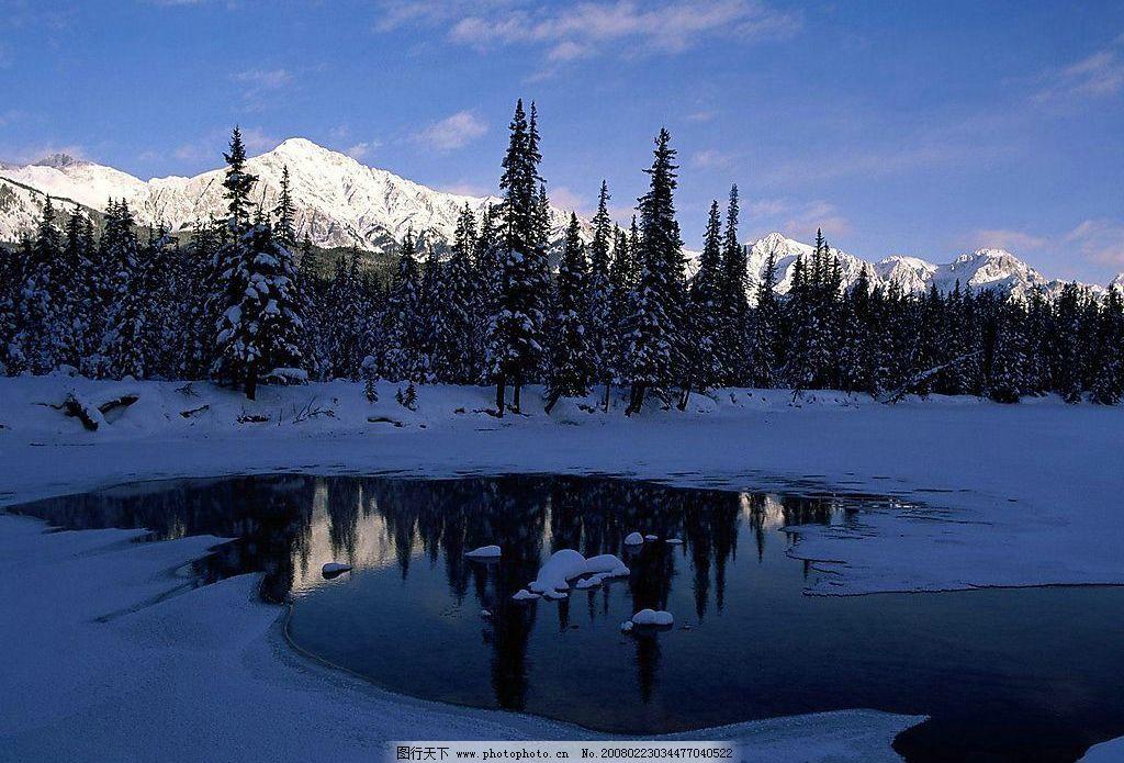 雪山 雪松 远景 湖水 云彩 天空 自然景观 山水风景 雪景风光素材