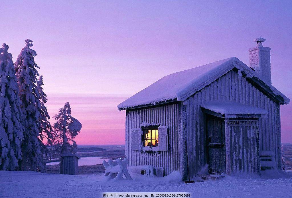雪地 小屋 雪树 木架 天空 霞光 自然景观 山水风景 雪景风光素材